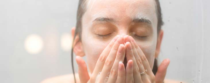 頻繁な洗顔やゴシゴシ洗顔